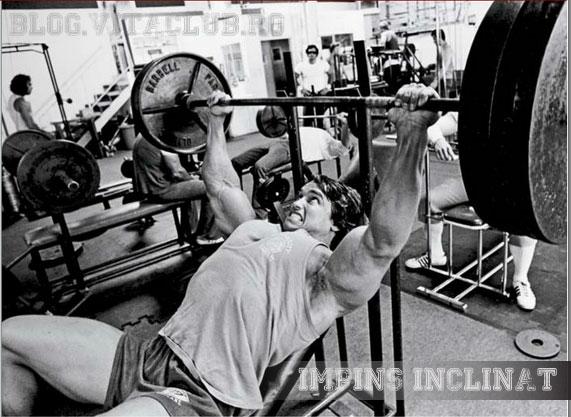 Arnold Schwarzenegger in timp ce face impins cu haltera din inclinat