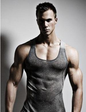 barbati frumosi si musculosi care fac exercitii de fitness