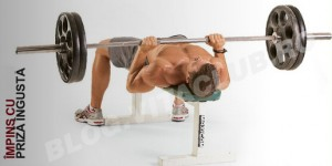 exercitii pentru triceps efectuate cu haltera la banca de impins de la piept cu haltera