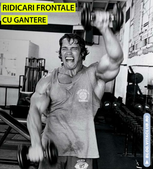 Arnold efectuand exercitiul ridicari cu gantere prin inainte pentru deltoizii anteriori