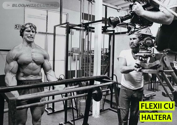 Arnold in timpul filmarilor la Pumping Iron efectuand flexii cu haltera